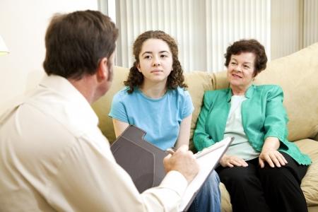 Tiener meisje en haar moeder ontmoeting met een psycholoog.  Zou kunnen zijn een andere soort interview.