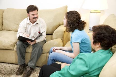 psicologia infantil: Cuidado a terapeuta familiar, asesoramiento de una adolescente y su madre.   Foto de archivo