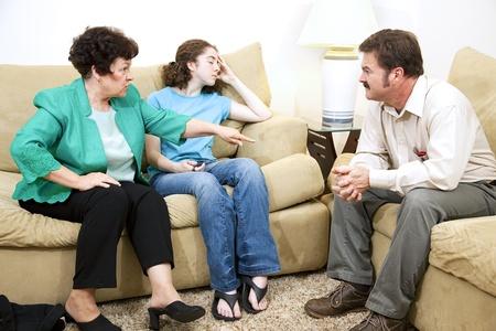 padres hablando con hijos: Escucha de consejero familiar a una madre se queja de su hija adolescente.   Foto de archivo