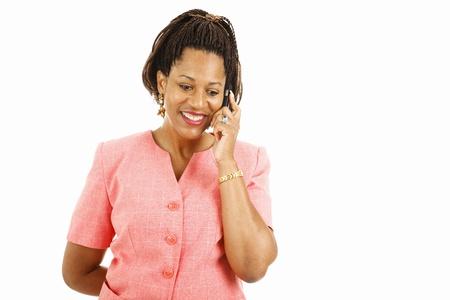 cornrows: Mujer afroamericana bastante hablando por su tel�fono m�vil.  Aislados en blanco.