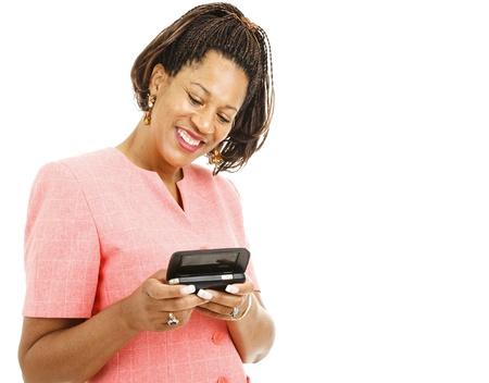 cornrows: Mujer afroamericana bastante enviando un mensaje de texto en su tel�fono inteligente.  Aislados en blanco.