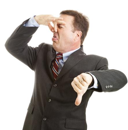 tufo: Empresario maduro mantiene su nariz y da un pulgares hacia abajo.  Aislados en blanco.