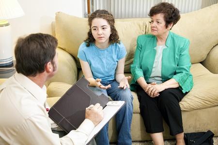 Madre preocupada estética las conversaciones de sus hija a un terapeuta.   Foto de archivo
