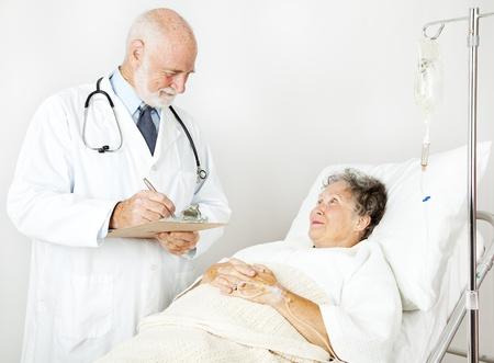 taking note: Doctor cliente storia medica del paziente suo ospedale, prendendo appunti.