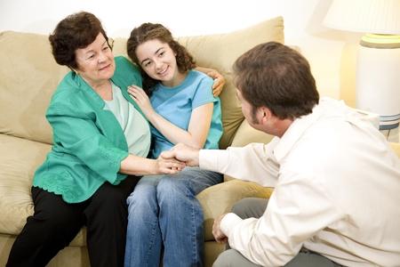 Therapeut feliciteert moeder en dochter op therapie met succes te voltooien.
