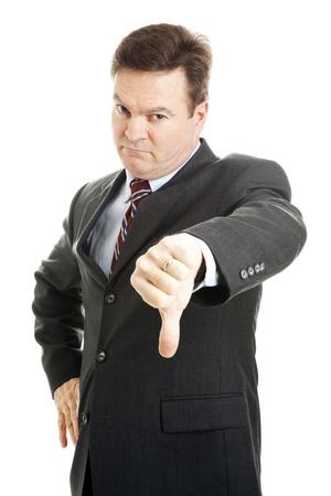 jefe enojado: Empresario de aspecto severo, enojado o jefe dando pulgares hacia abajo.  Aislados en blanco.