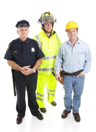 消防士、警察官、建設労働者など、白で隔離されるブルーカラー労働者のグループ。