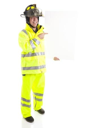 消防士持株空白の白い看板。あなたのテキストの準備ができて。フルボディの白で隔離されます。