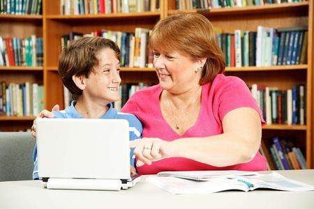 Student met leerproblemen krijgt one-on-one aandacht van een leraar.