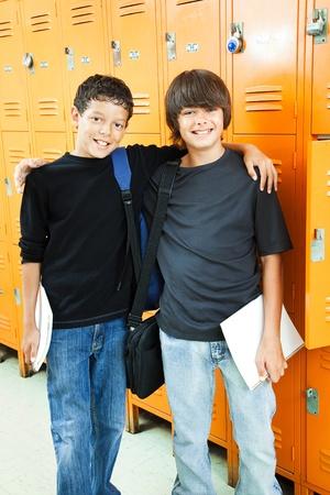 socializando: Dos muchachos adolescentes en la escuela.  Son mejores amigos.   Foto de archivo