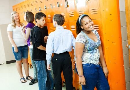 couloirs: Adolescents dans le couloir, � leurs casiers entre classes.   Banque d'images