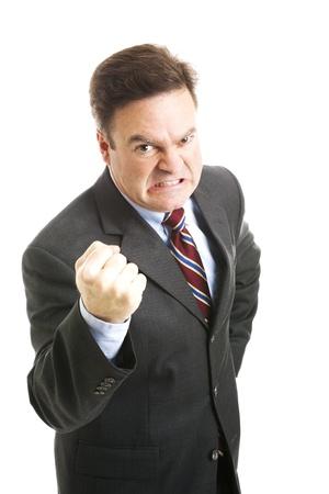 Geschäftsmann in den Vierzigern, wütend und drohend mit der Faust schüttelnd. Auf Weiß isoliert.