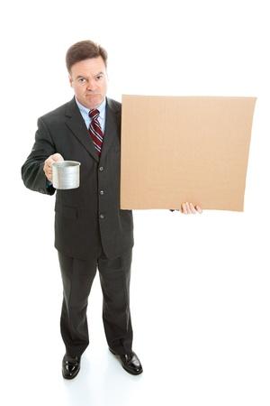 hombre pobre: Empresario se rompi�, desempleado mendicidad, con un cartel de cart�n y una taza de esta�o.  Cuerpo completo aislado en blanco.