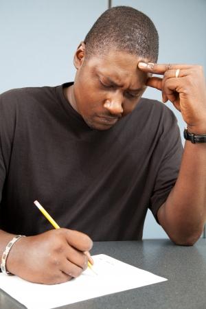 onderwijs: Afro-Amerikaanse volwassenenonderwijs student worstelt met faalangst als hij een examen neemt.
