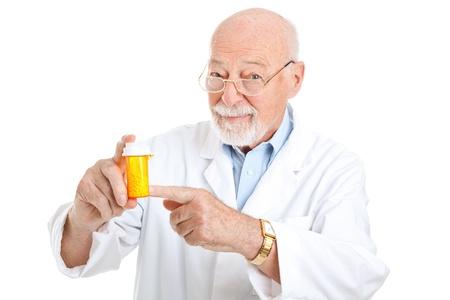 particolare: Farmacista Mature raccomandare un particolare farmaco. Isolato su bianco.