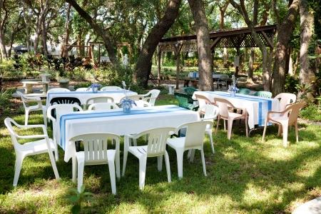 Tafels en stoelen opgezet voor een tuinfeest, bruiloft, of andere outdoor evenement.