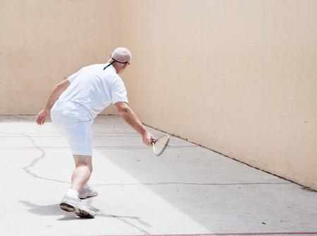 racquetball: Hombre mayor de trabajo sobre una cancha de racquetball. Foto de archivo