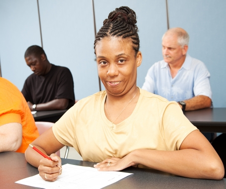 Volwassen student met cerebrale parese, het nemen van een test.