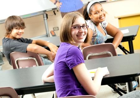 middle class: Feliz adolescentes de escuela intermedia o secundaria a los estudiantes en la clase.