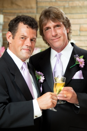 boda gay: Pareja gay guapo dar brindis con champa�a en la recepci�n de su boda.