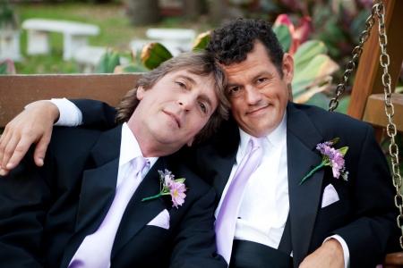 interracial marriage: Ritratto di molto bello coppia di uomini gay il giorno delle nozze.