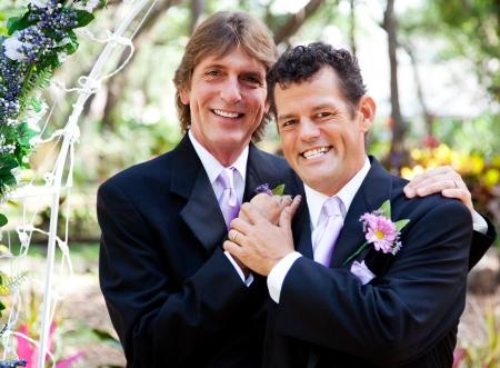 hombres gays: Boda retrato de una pareja gay muy guapo Foto de archivo