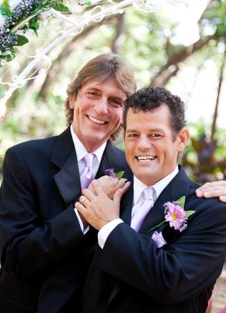 Hermoso par posar para el retrato en su día de boda. Foto de archivo - 15563463