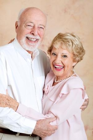 dentadura postiza: Retrato de pareja feliz, re�r senior, a�n en el amor despu�s de muchos a�os. Foto de archivo