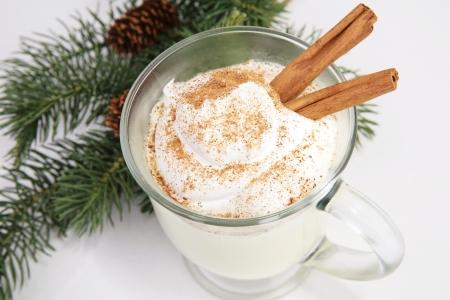 eggnog: Deliciosa Navidad ponche de huevo, crema batida, nuez moscada y canela.