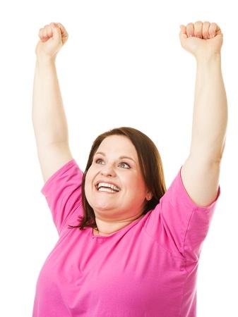 mujer gorda: Pretty, una mujer con sobrepeso que levanta sus brazos en celebración. Aislado en blanco.