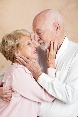besos apasionados: Senior pareja sigue siendo apasionado entre sí después de muchas décadas de matrimonio.