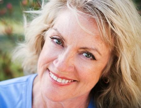 Belle moyen-âge femme blonde, closeup portrait souriant et heureux