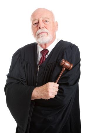 Stern juge tenant son marteau, isolé sur blanc. Banque d'images