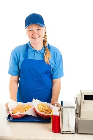 십대 노동자는 패스트 푸드 레스토랑에서 식사를 제공합니다. 흰색 배경