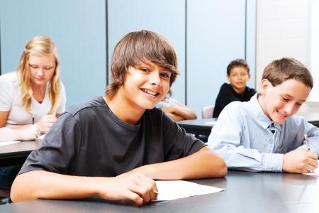 学校では、前に日焼けした男の子に焦点を当てるのティーンエイ ジャーのクラス。