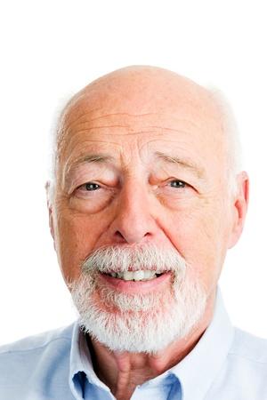 クローズ アップの頭は、ハンサムな年配の男性の肖像画を撮影しました。 白い背景。