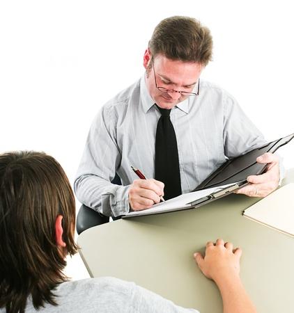 autoridad: Hombre entrevistar a un adolescente, ya sea para un trabajo, o como consejero. Fondo blanco.