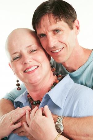 Mari aimant soutenant sa femme à travers son traitement contre le cancer Banque d'images