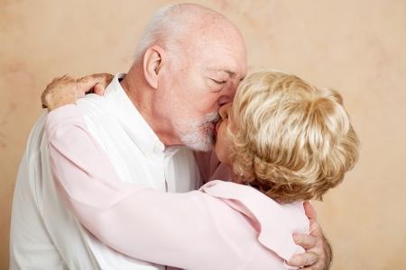 besos apasionados: Matrimonios de edad de ochenta años el intercambio de un apasionado beso romántico