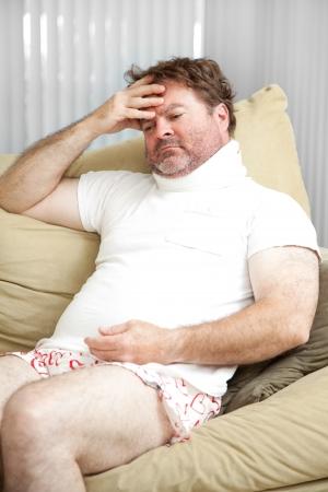 wifebeater: L'uomo a casa dal lavoro per un infortunio a lungo termine, preoccuparsi di pagare le bollette.
