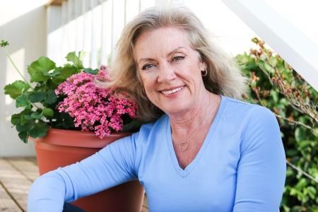 Outdoor portrait d'une belle femme blonde à la cinquantaine.