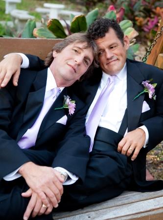 boda gay: Retrato de una pareja de amantes gay masculina en su día de boda.