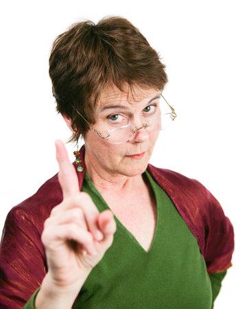 偉そう不賛成で彼女の指を振っている中年の女性を探しています。白で隔離されます。