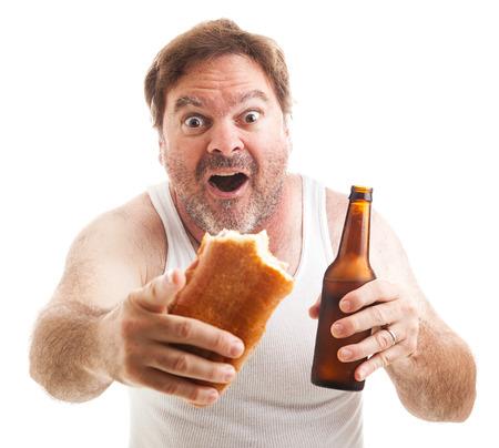 wifebeater: Uomo trasandato guardando un evento sportivo, in possesso di un panino sub e una birra. Isolati su bianco.
