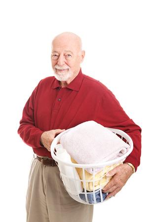 Senior man met een wasmand. Geïsoleerd op wit.