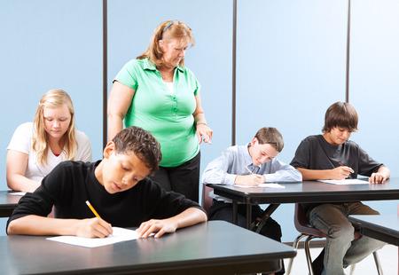 alumnos en clase: Maestro supervisi�n de los estudiantes de la escuela secundaria, ya que tomar y la prueba de rendimiento.