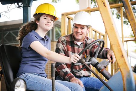 Instructeur professionnel enseignement un jeune apprenti construction à conduire l'équipement lourd. Banque d'images - 28559886