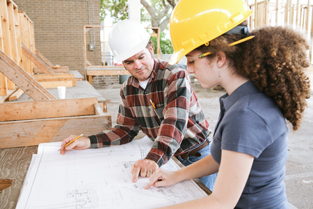 L'enseignement professionnel étudiant d'apprendre à lire des plans de construction. Banque d'images