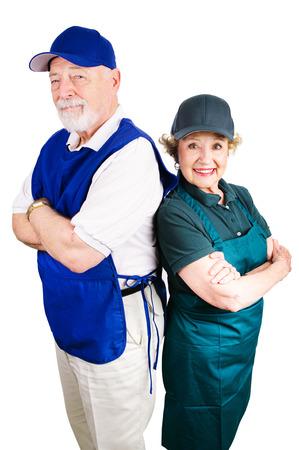 minimum wage: Pares mayores que trabajan empleos de salario m�nimo para complementar los ingresos de jubilaci�n. Aislado en blanco.