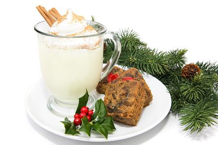 eggnog: Rompope vacaciones con pastel de frutas, aislado en blanco con el acebo y adornar el pino.